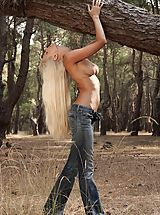Outdoor Babes: Nell - Outdoor Striptease