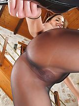 In the Crack Pics: Disrobed Sinful Dame Set No. 1037 Amirah Adara shows her attractive crotch